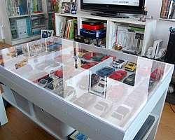 Mesa expositora com tampo de vidro